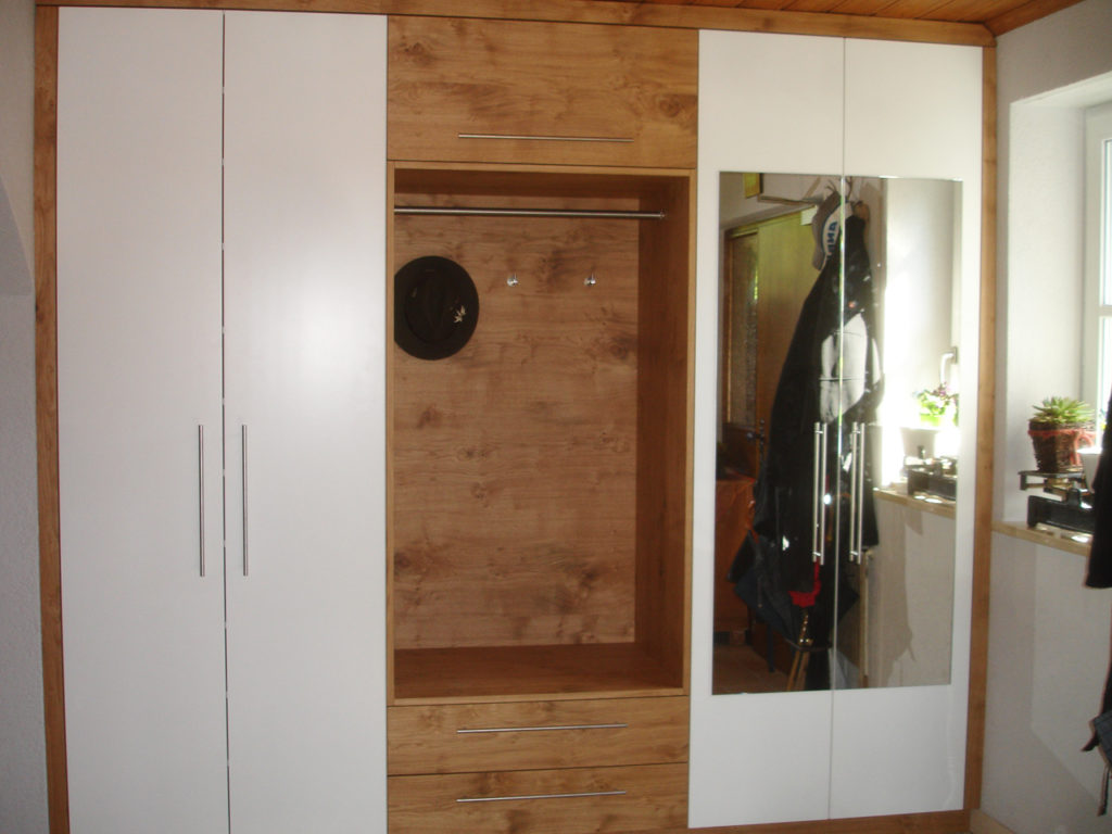 Diele garderobe flur oder treppenhaus schreinerei aschauer for Garderobe x3